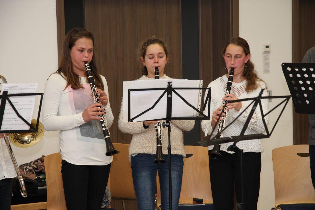 Ausbilderin Marinja Horn mit ihren Klarinettenschülerinnen